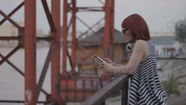 zrzavý žena u mostu, online chatování