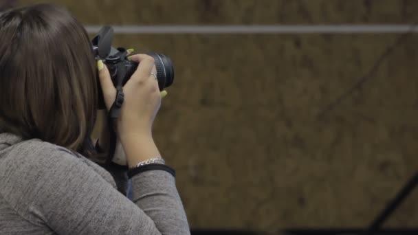 Frau Fotograf nimmt Bilder mit Dslr-Kamera