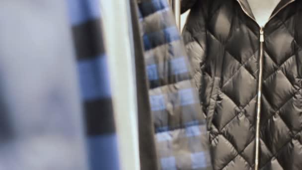 Oblečení pověsit na ramínkách v úložišti