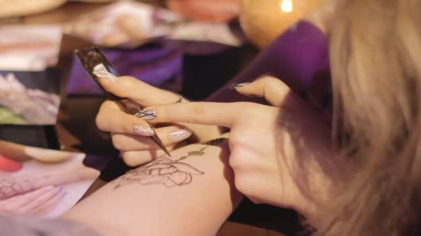 Ženská ruka je dekorován mehendi zblízka