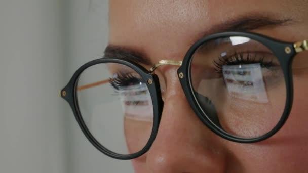 Reflexe na brýle mladé ženy: hledání na webu