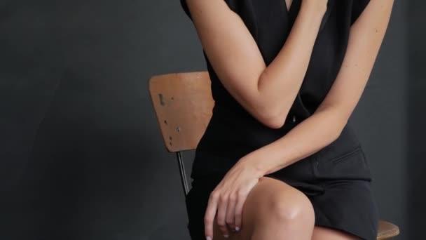 Model im schwarzen Kleid