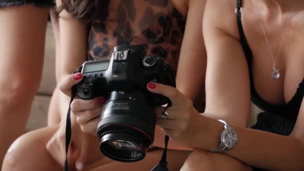 Frauen betrachten Fotos