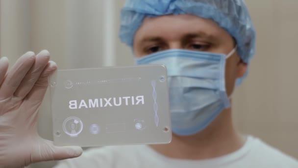 Orvos használja tabletta szöveges rituximab