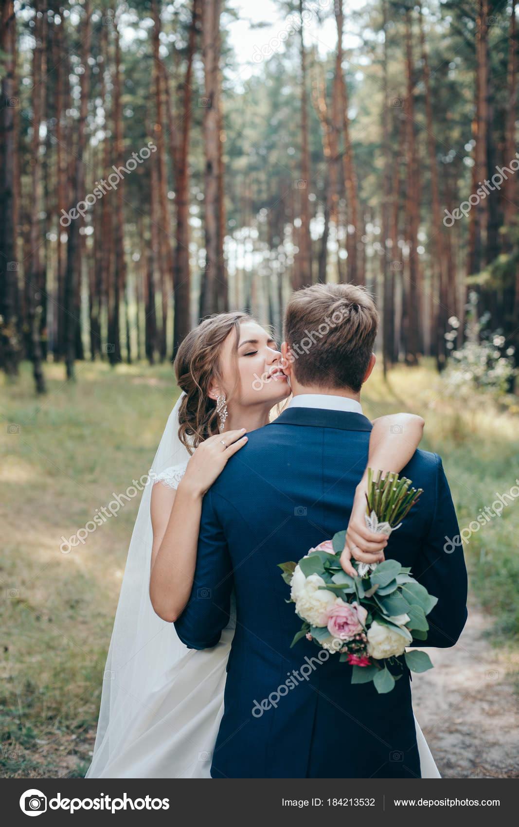 Die Braut und Bräutigam Hochzeit Kleider auf natürlichen Hintergrund ...