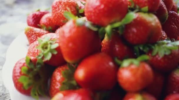 Čerstvé, zralé, šťavnaté jahody otočit. Obálku otočit červené jahody
