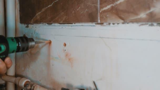 bohren, bohren, beton, elektrische bohrmaschine, close up hände halten elektrische bohrmaschine im raum, innen- und wohnraumsanierung diy konzept.