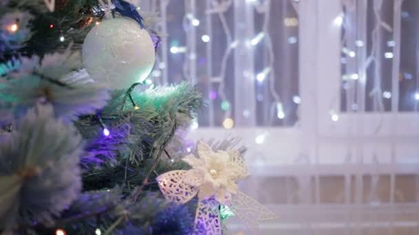 Vánoční strom zdobí třpytivé vánoční stromeček hračky a zářící světla