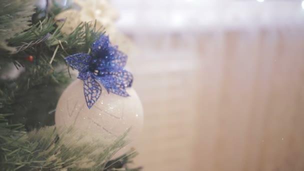na ulici sníh. Vánoční strom zdobí třpytivé vánoční stromeček hračky a zářící světla.