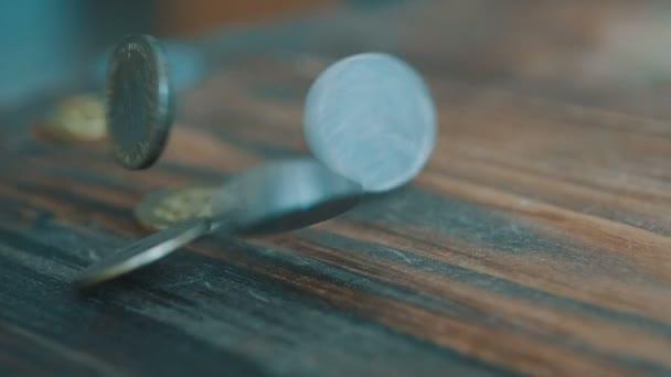 Mince patří do zpomaleně. Vysoce kvalitní mince dolaru klesá