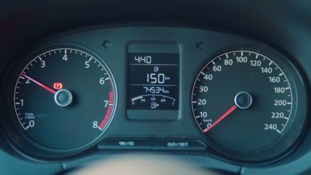 Luxusní auto detaily interiéru. Rychloměr a volant