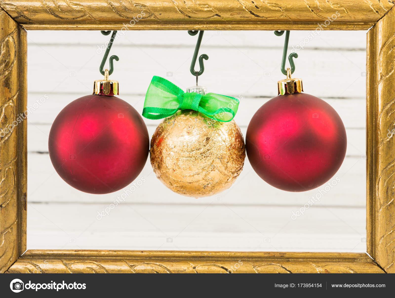 Drei Weihnachten Kugeln hängen, Fotorahmen — Stockfoto ...