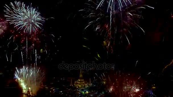 Letecký pohled na Wat Arun v noční době pod nový rok oslava, Pathumwan, Thajsko