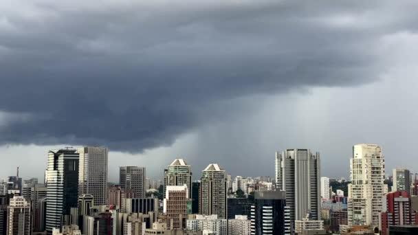 dunkle und dramatische Regenwolken. sehr starker regenhimmel in der stadt sao paulo, brasilien südamerika.