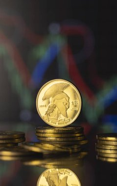 Titan bitcoin ve sanal para konsepti. Altın Titan, kripto para biriminin büyüyen ve azalan değerinin grafiğiyle bir yığın madeni paranın üzerinde. Madencilik ya da engelleme teknolojisi.