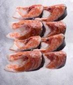Zavřít pohled steaky z čerstvého lososa na ledě