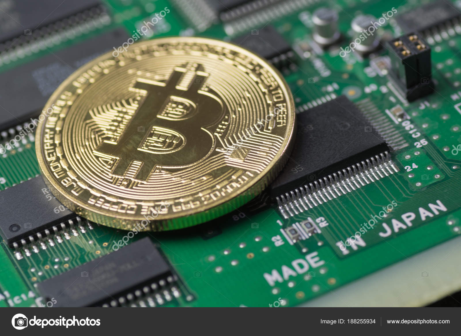Circuito Japon : Bitcoin oro en placa de circuito impreso con microchips en japón
