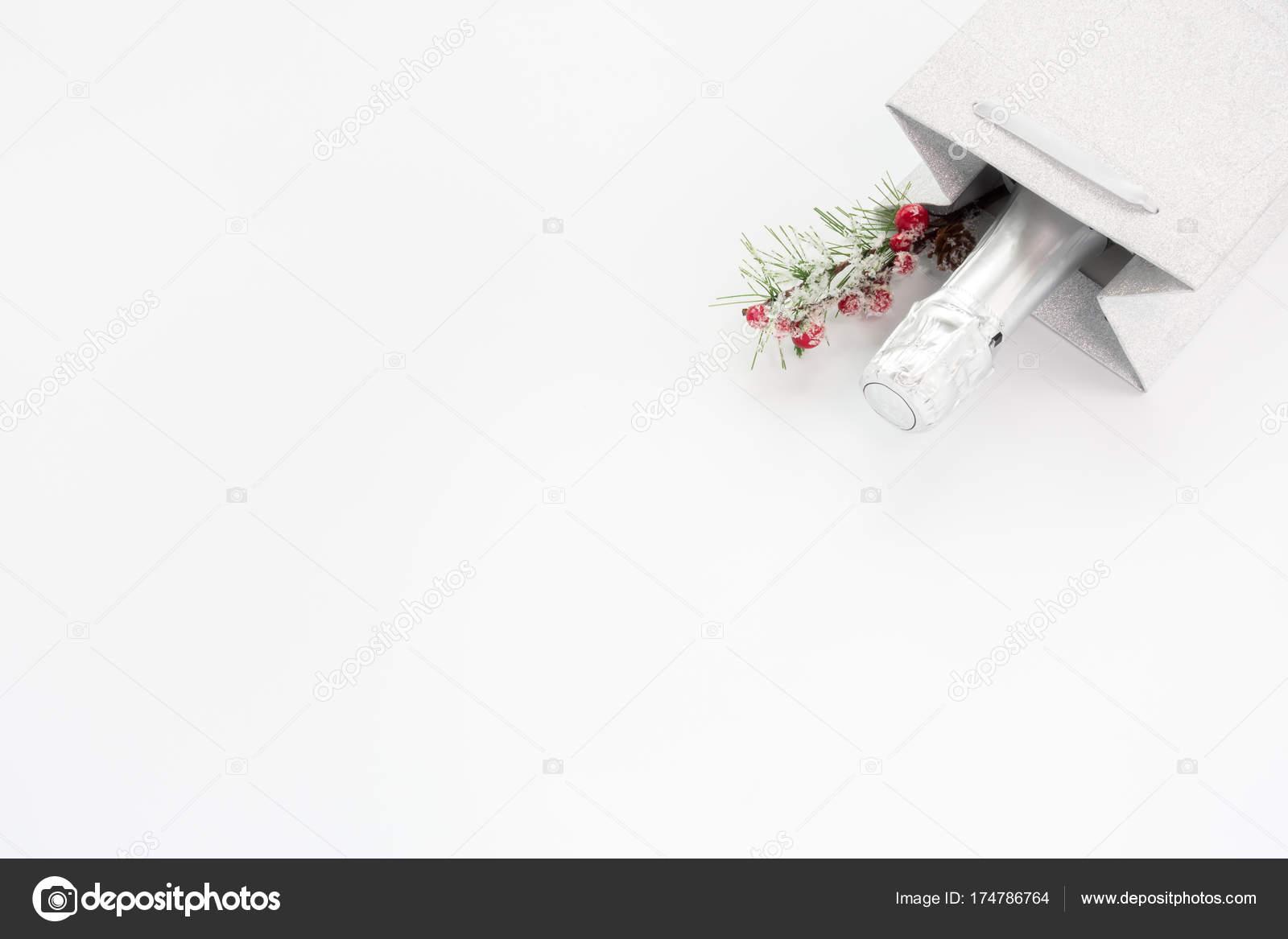 3fd4c9f46ef3 Az ezüst csillogó ajándékcsomagot díszítéssel, fehér háttér-a másol hely  üveg pezsgő — Fotó szerzőtől ...