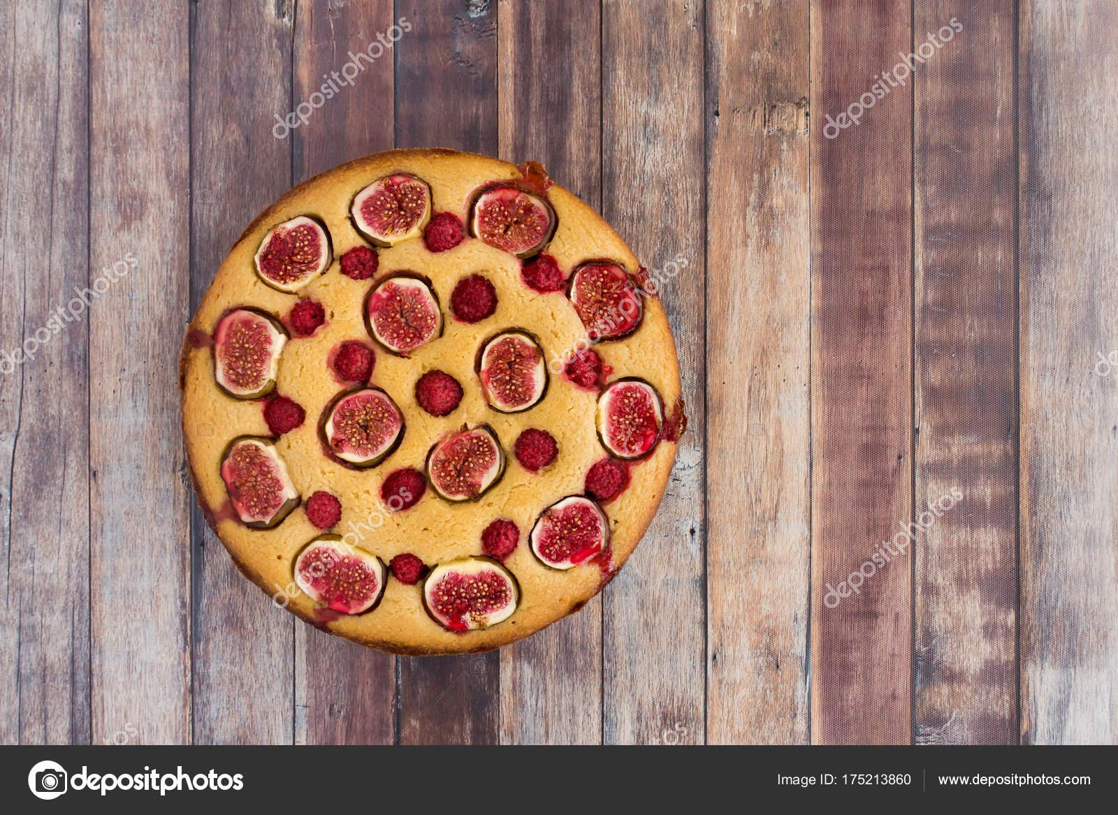 Entzuckend Feigen  Und Himbeer Kuchen Auf Holz Hintergrund U2014 Stockfoto