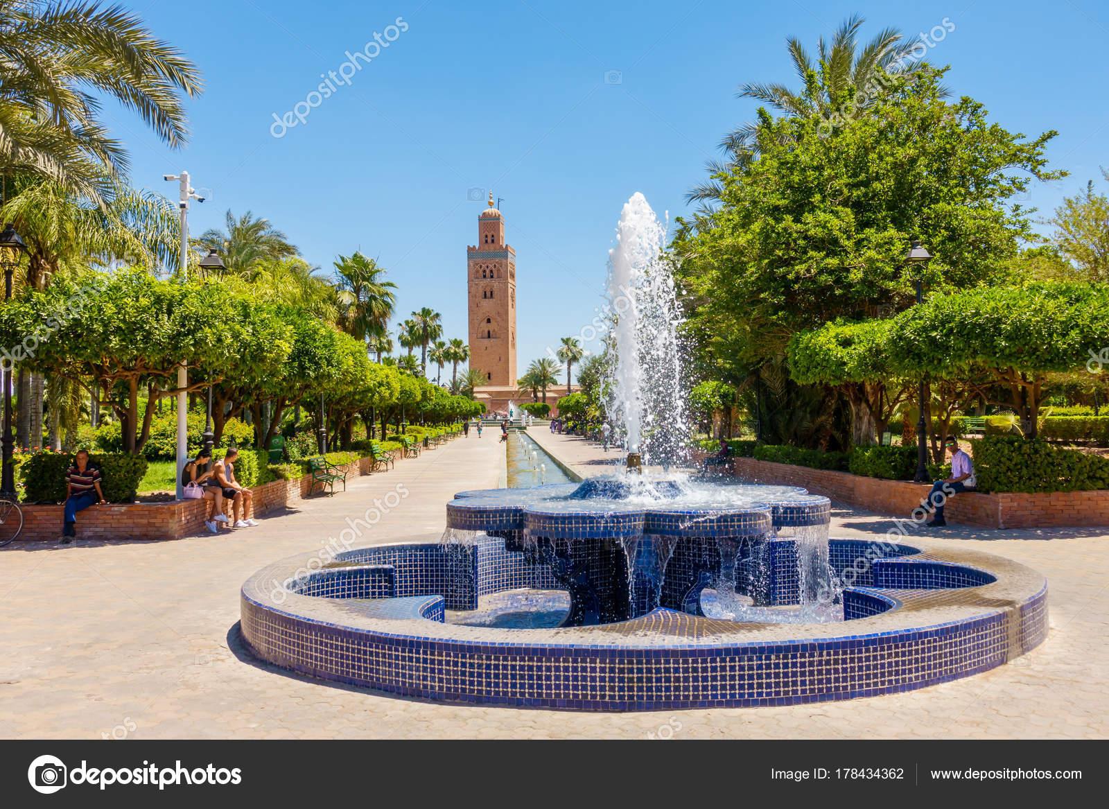 Gens Se Detendre Dans Les Jardins De La Koutoubia Marrakech Photo