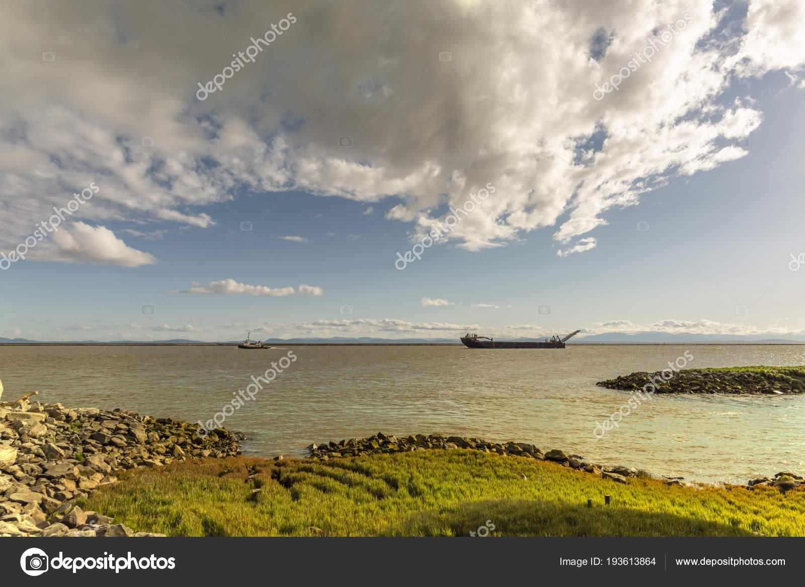 Bank Mit Gras Und Steinen Auf Dem Fluss Mit Einem Boot Towi Bedeckt
