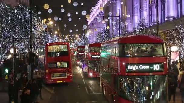Vánoční osvětlení displeje na Oxford Street v Londýně, autobus řidičského pohledu.
