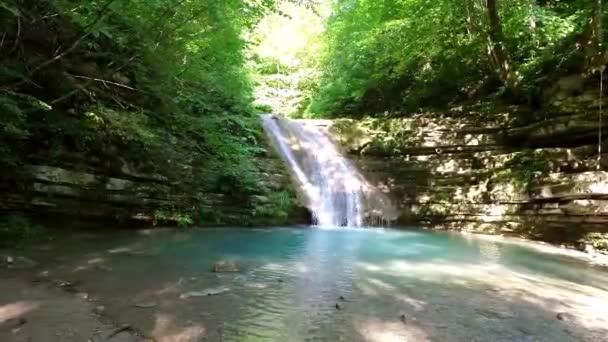 Přírodní vodopád teče ze skály