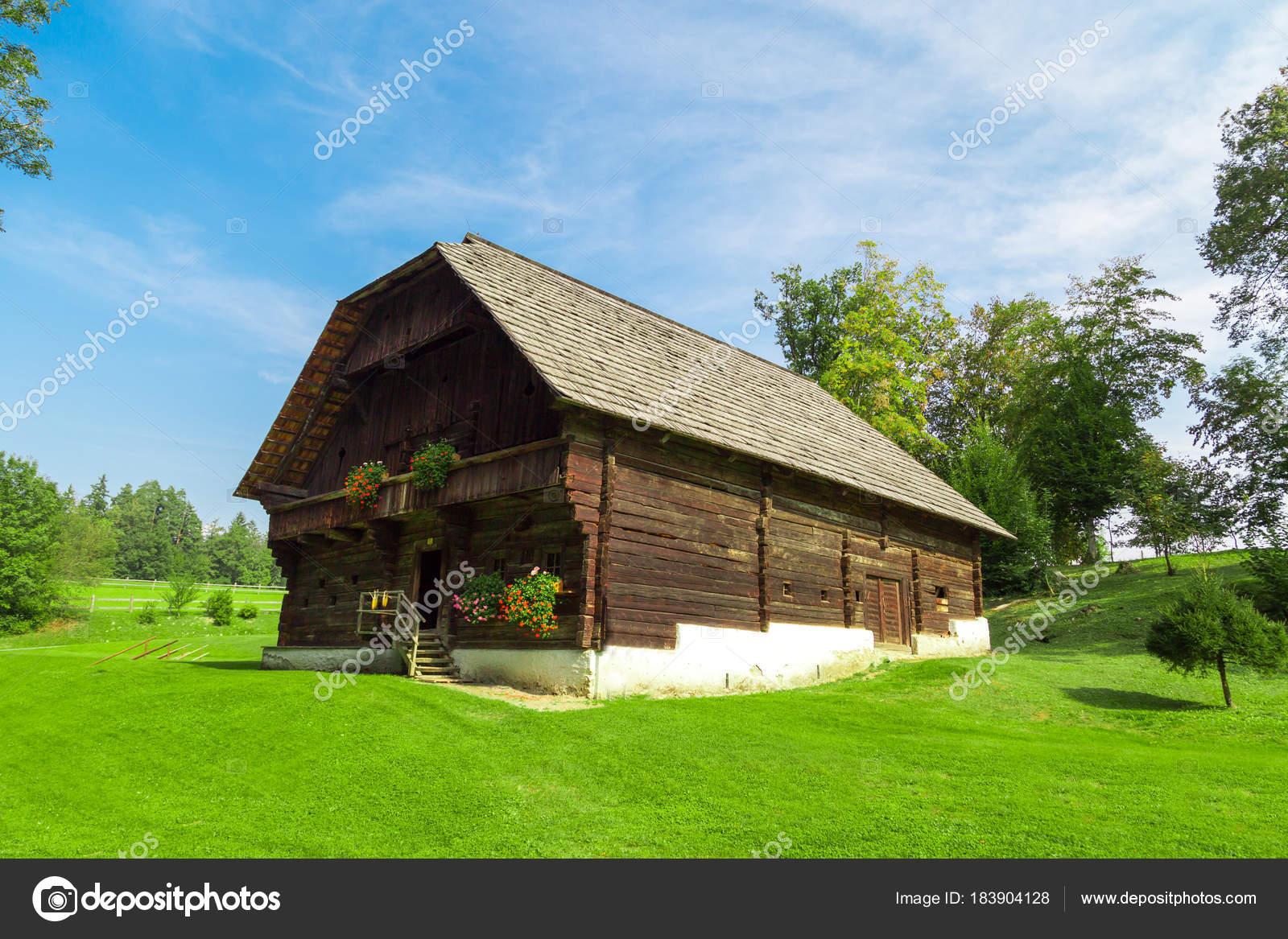 Case Di Montagna In Legno : Casa di montagna in legno u2014 foto stock © niglaynike #183904128