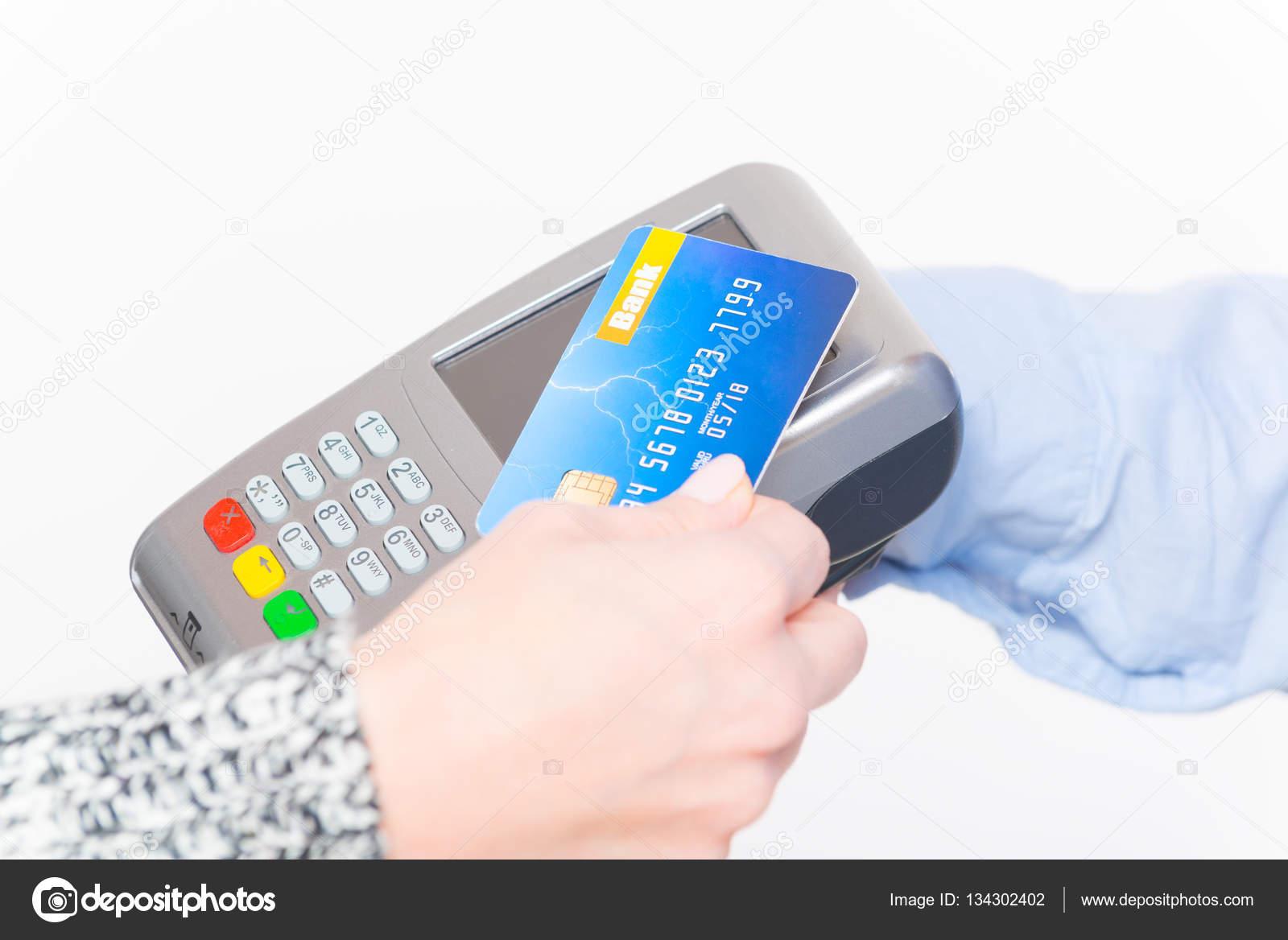非接触クレジット カードまたはデビット カードで支払い — ストック写真