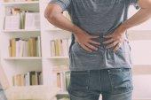 Uomo che soffre dal dolore lombo-sacrale