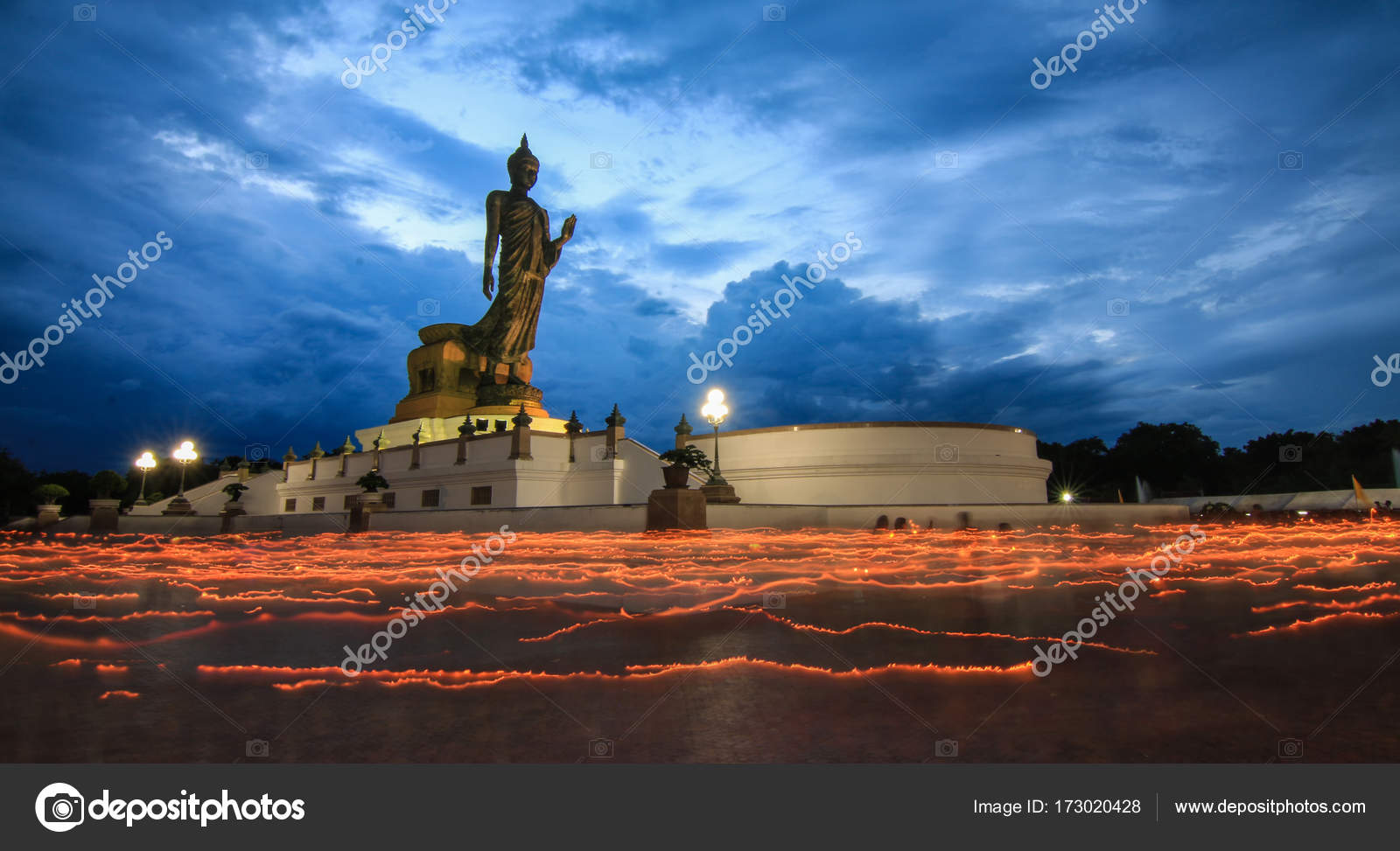 仏教徒から美しいキャンドルの光...