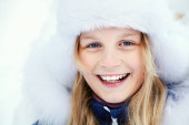 portré egy aranyos lányról télen. hóban játszani tini szabadban.