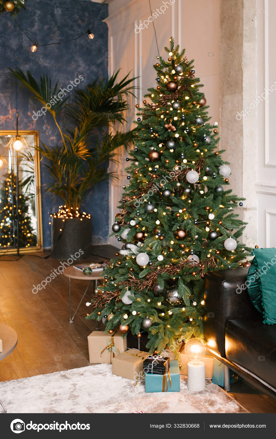Рождественский декор, елка с игрушками и подарками ...