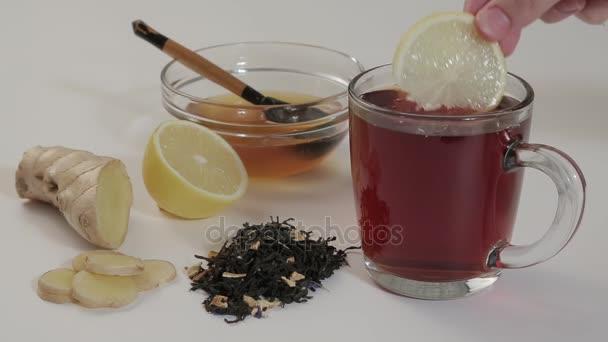 Horký čaj s citronem