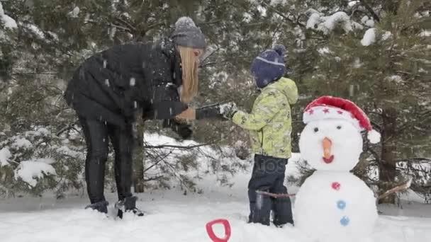 Anya és fia játszani a hóban 1