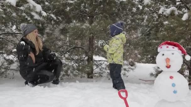 Matka a syn hraje na sněhu 2