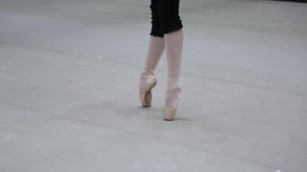 Detailní záběr nohou baletky v botách Pointe na baletní zkoušce