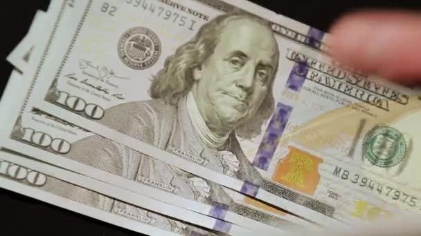 Száz dolláros bankjegyek esnek egymásra, kezek száma, közelkép lövés