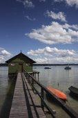 Fotografie Bootshaus mit hölzernen Steg am Ammersee-See, in der Nähe von Schondorf, Oberbayern, Deutschland, Europa