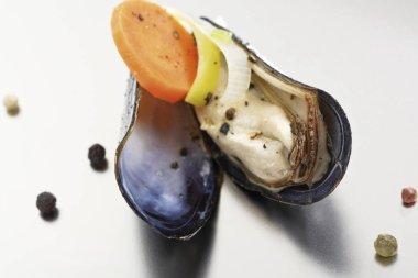 Rhenish blue mussels, leek, carrots, onions, peppercorns