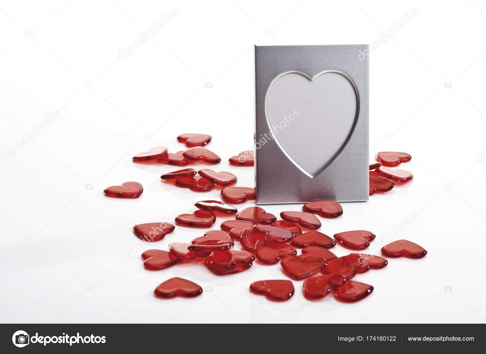 Herzförmigen Bilderrahmen Und Rot Glas Herzen Isoliert Auf Weiss ...
