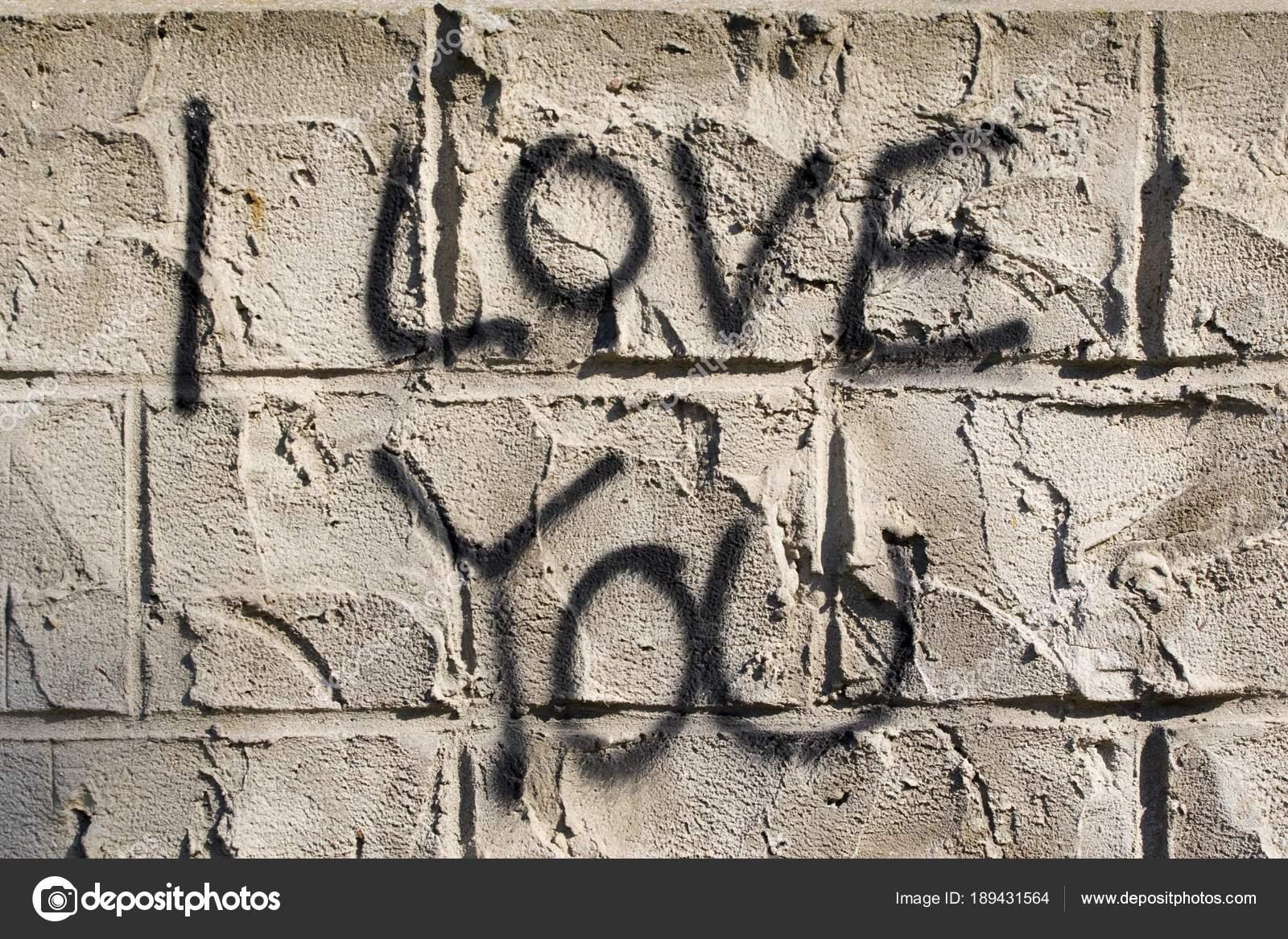 Pareti Esterne Casa : Parole amo come graffiti sulle pareti esterne una casa u foto