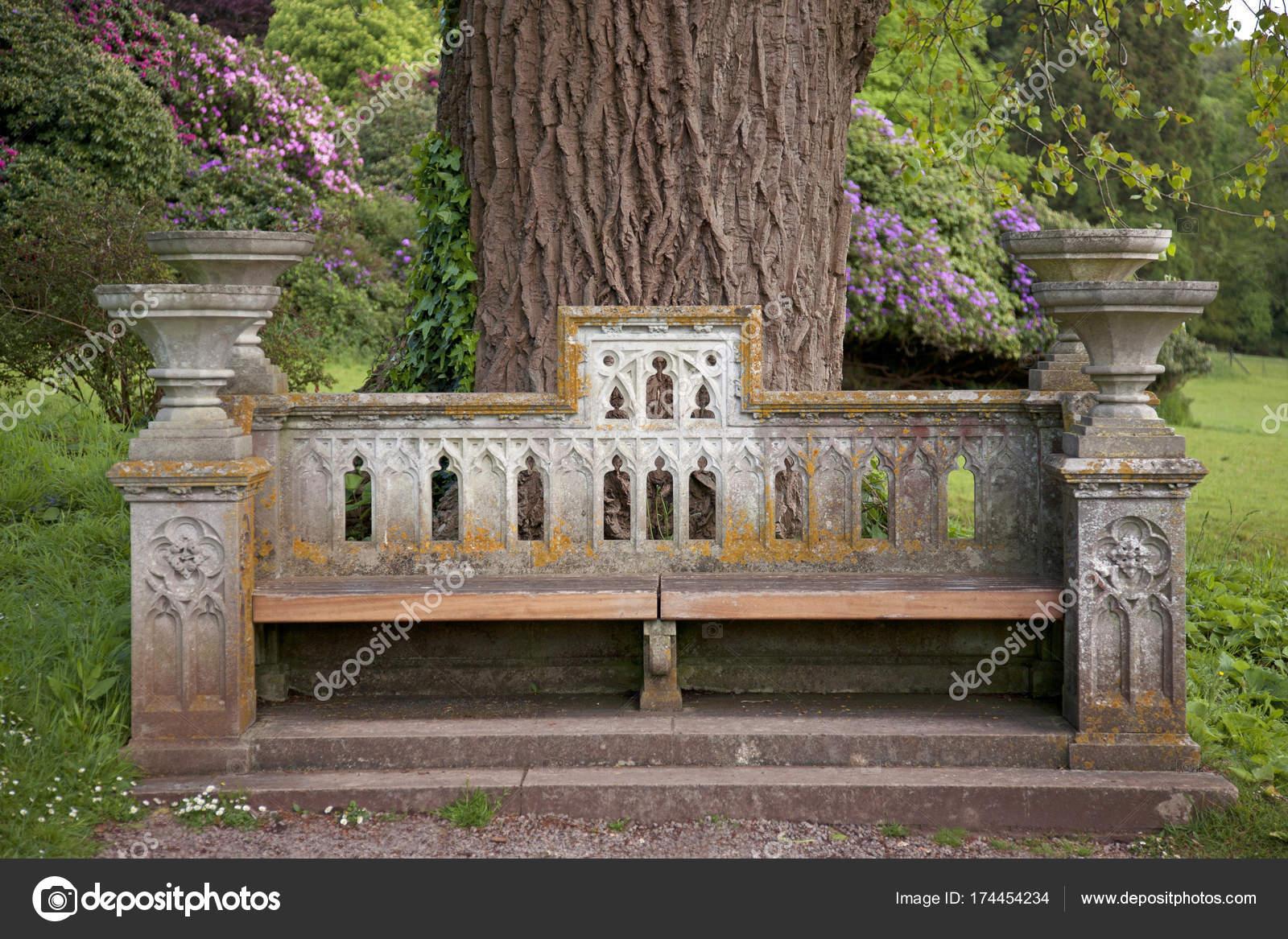 Sedile In Pietra Classica Sotto Un Albero Foto Stock C Johnson175