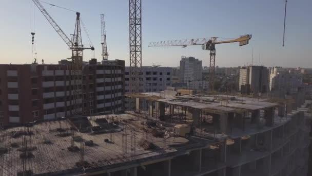 Letecký pohled na stavebních jeřábů a ve výstavbě