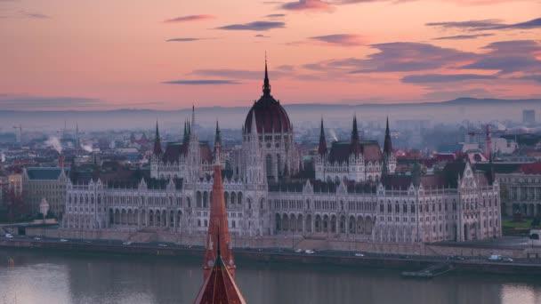 A Parlament épülete a gyönyörű hajnali égbolt hátterében. Hajnal Budapest felett