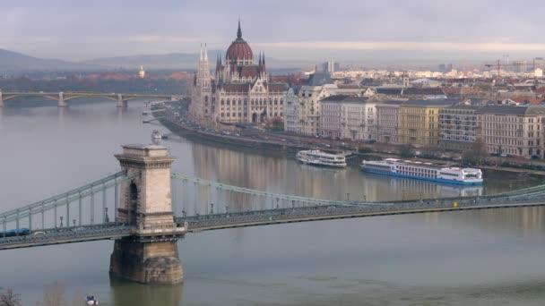 Reggel Budapesten. Kilátás a városra, a Széchenyi hídra és a Parlament épületére.