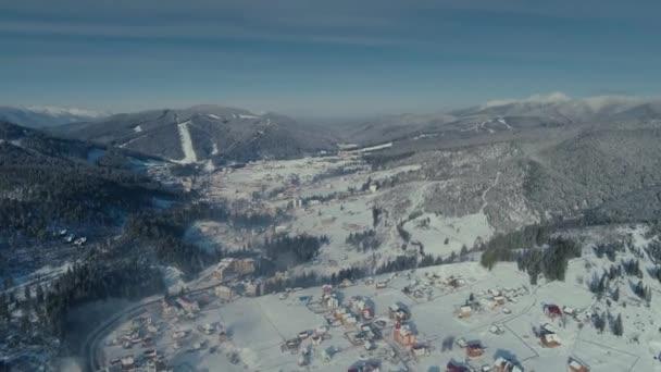 Zimní sníh Bukovel město lesní sunrise dron letu v horách