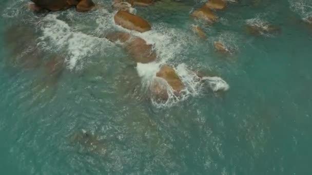 příliv a odliv beach kameny modré moře oceánu zálivu příroda Thajska pobřeží