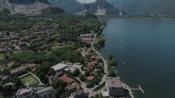 Italská riviéra domů dron letu poblíž hory, italské jezero, DRONY 4k přírodě letu hootel