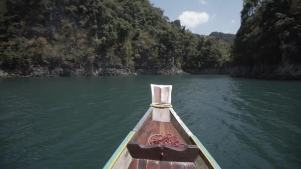 Lodí, tropické thajské džungle jezeře Cheo lan, woodrn hory příroda, národní park loď jachty skály